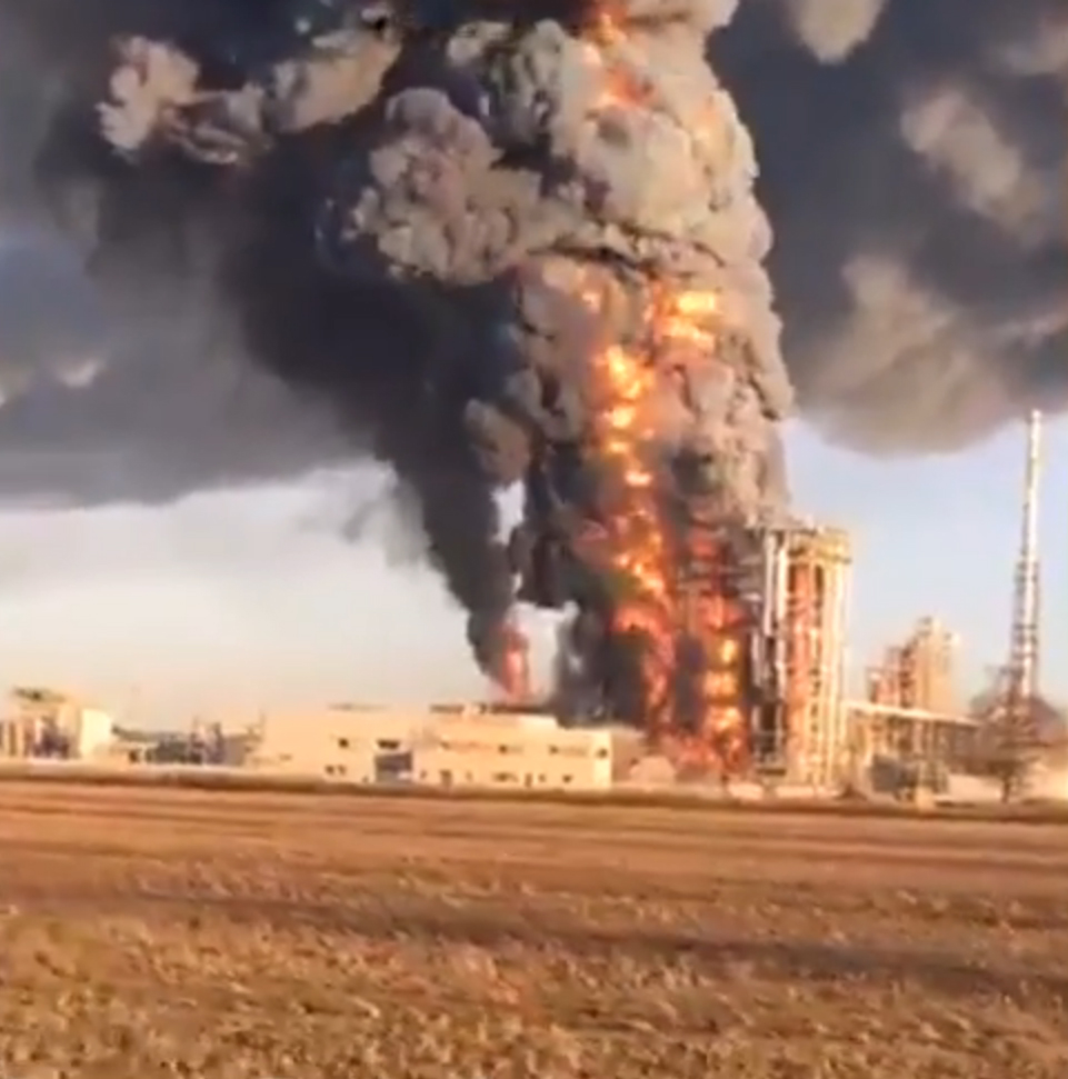 raffineria eni in fiamme