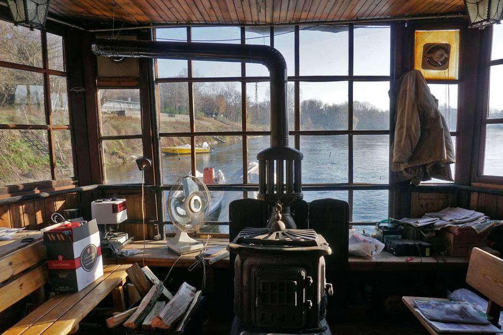 L ultimo uomo del fiume che vive nella casa galleggiante for Piccoli piani di casa sul fiume